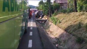 Autocar plin cu copii, implicat în accident la Drăganu