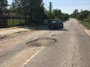Drumul către Bârla nu e reparat, pentru că primarul şi-a ales greşit partidul