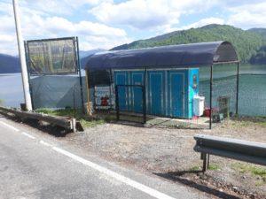 Toalete montate ilegal, balustradă ruptă