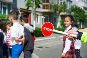 Cei mici au învăţat de la poliţişti cum să traverseze corect strada