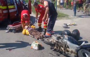 ACUM: Două persoane aflate pe motoscuter lovite în plin de un SUV