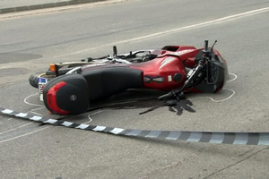 Motociclist rănit în sens giratoriu