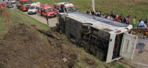Autobuzul, căzut de pe pasarela