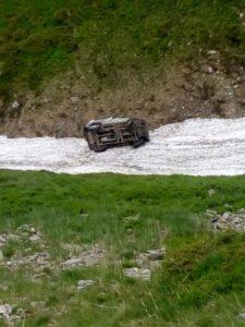 Maşină prăbuşită în prăpastie