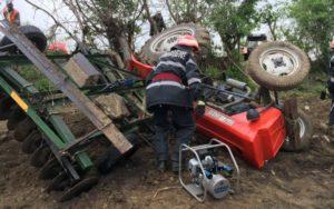 Bărbaţi accidentaţi de tractor